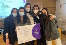 De esquerda a dereita: Alba Boedo, Ana María García, Andrea Castro, Lucía Blanco e Julia Cacheda, alumnas do terceiro curso do Grao en Xestión Industrial da Moda, creadoras do wearable Sístole.